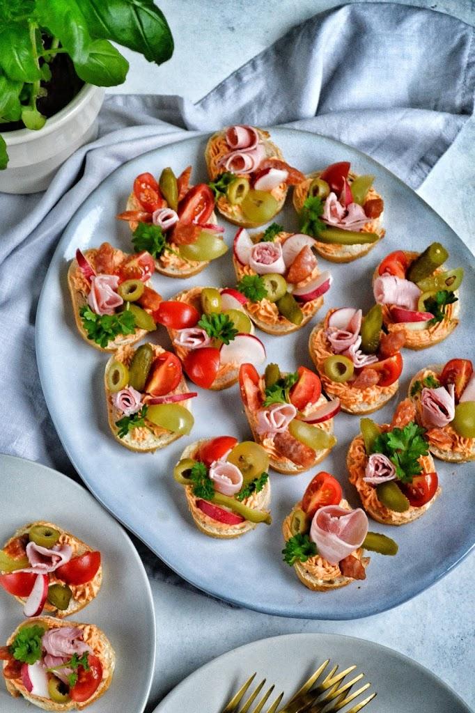 Kanapeczki imprezowe, kanapki na sylwestra, małe kanapki na imprezę, kanapeczki z oliwkami, kanapeczki z pomidorem,
